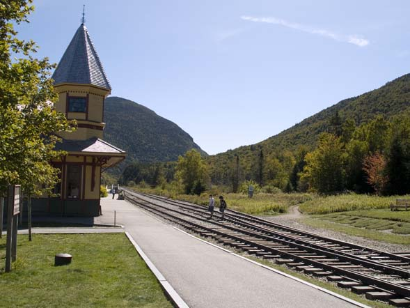 Trailhead (on the right) across the railroad tracks from the Crawford Notch Depot / Macomber Family Information Center (on the left) (photo by Webmaster)